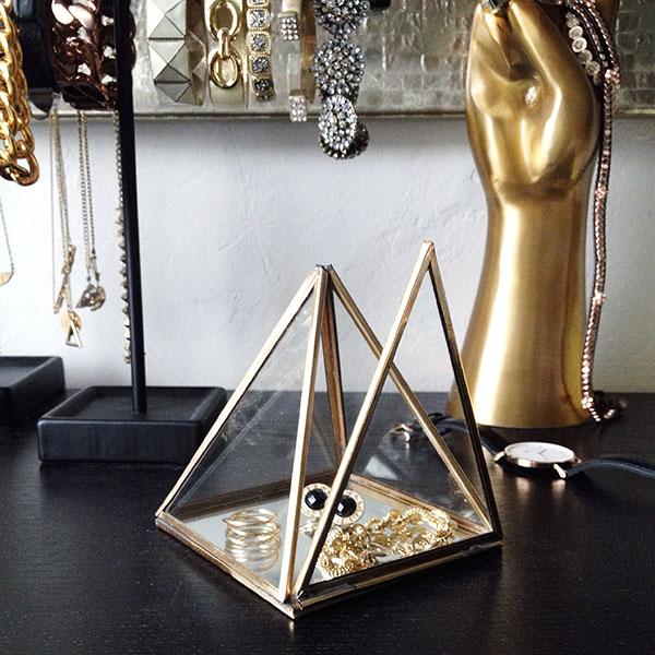 Pyramid jewelry display